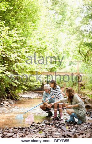 Familie mit Netzen in Stream abspielen - Stockfoto
