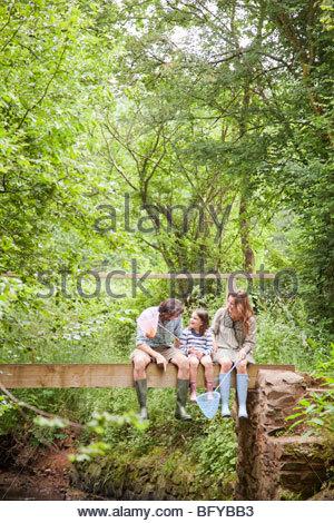 Familie sitzen am Land Brücke sprechen - Stockfoto