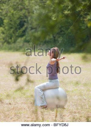 Frau saß auf dem Yoga Kugel ausdehnen - Stockfoto