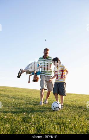 Vater und Jungen Fußball spielen - Stockfoto