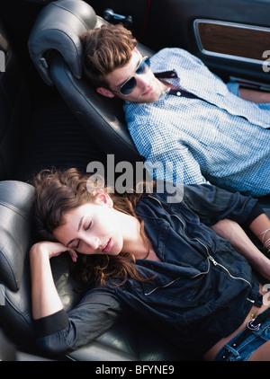 paar im offenen Auto liegend - Stockfoto