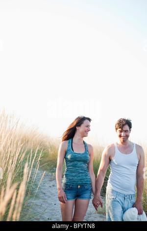 paar Strand spazieren - Stockfoto