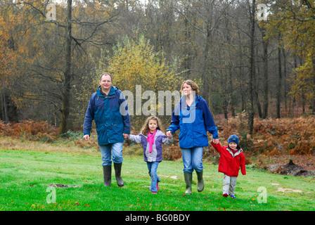 Eltern und Kinder freuen sich über einen Spaziergang in Alice Holt Wald, in der Nähe von Farnham, Surrey UK. - Stockfoto