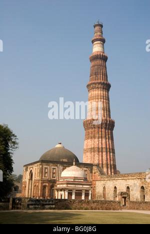 Qutb Minar, Sieg Turm 73m hoch, gebaut zwischen 1193 und 1368 von Sandstein, UNESCO-Weltkulturerbe, Delhi, Indien, - Stockfoto