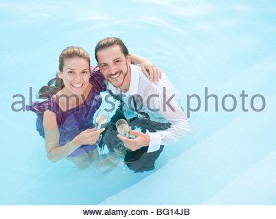 paar im Schwimmbad, gekleidet - Stockfoto