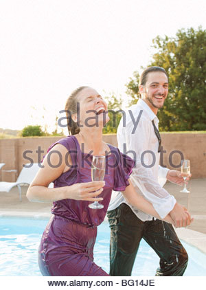 paar spannende Schwimmbad, gekleidet - Stockfoto