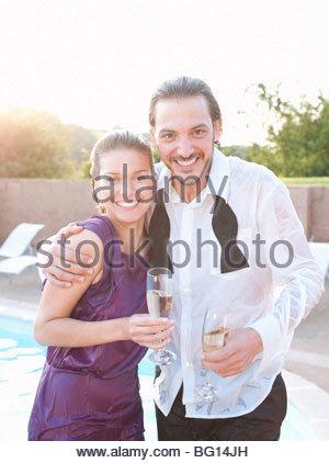 paar nass vom Schwimmbad, gekleidet - Stockfoto
