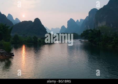 Sonnenuntergang über Karst Kalkstein Landschaft auf dem Li-Fluss (Lijiang) in Yangshuo, in der Nähe von Guilin, - Stockfoto