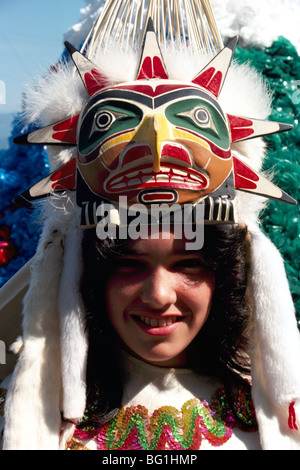 Native American Indian Girl tragen traditionelle zeremonielle Kopfbedeckung in Maske und Kostüm bei Pow Wow, British - Stockfoto