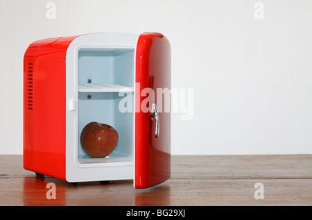 Kleiner Kühlschrank Rot : Glänzend hell rot mini kühlschrank stockfoto bild: 27096610 alamy