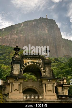 Blick auf Christus, den Erlöser von innen Park Lage in Rio de Janeiro. Brasilien. - Stockfoto