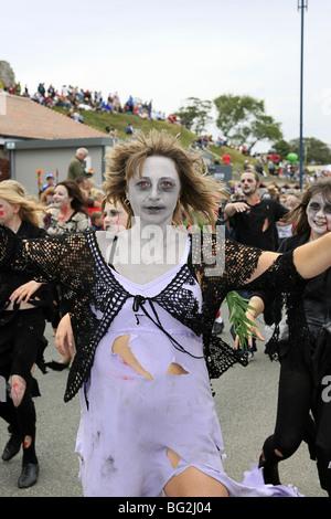 Tribut an Michael Jackson mit Frauen gekleidet als Zombies paradieren in Swanage Karneval Dorset-England - Stockfoto