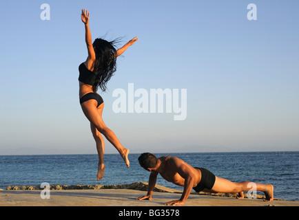Paar am Strand ausüben - Stockfoto
