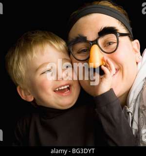 Mutter und Sohn albern - Stockfoto
