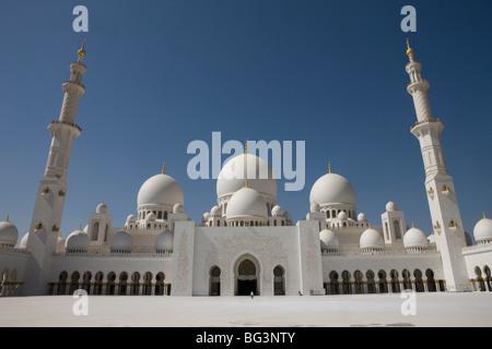 Hof, Kuppeln und Minarette der der neuen Scheich Zayed Bin Sultan Al Nahyan Mosque, Moschee, Abu Dhabi, Vereinigte - Stockfoto