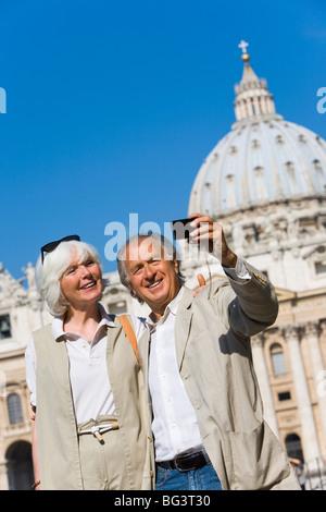 Ältere Touristen Sehenswürdigkeiten in St. Petersplatz, Rom, Latium, Italien, Europa - Stockfoto