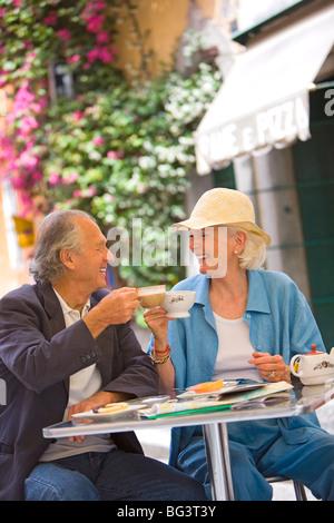Ältere Touristen mit Frühstück in einem Café, Rom, Latium, Italien, Europa - Stockfoto
