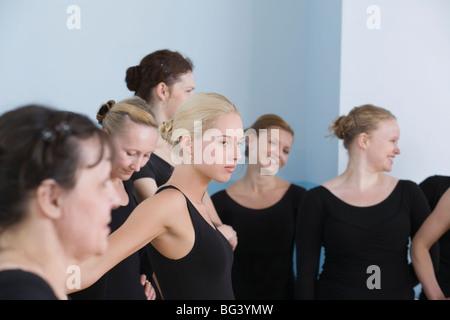 Junge Frauen in der Ballett-Probe - Stockfoto