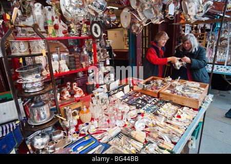 England, London, Straßenstand Display in Portobello Road Antiquitätenmarkt - Stockfoto