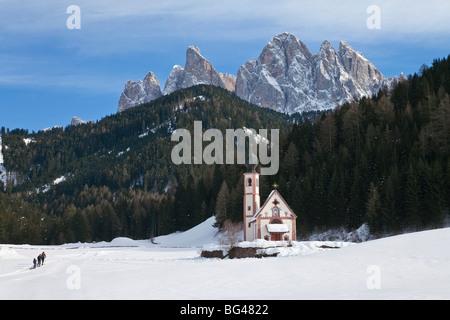 St. Johann Church in Ranui in Villnoss, Geisler Spitzen (3060m), Val di Funes, Dolomiten, Trentino-Alto Adige, Italien - Stockfoto