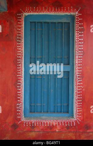 Verzierte Fensterläden Fenster in gemalten Bhunga Wand, Dhordo Village, Kachchh, Gujarat, Indien, Asien - Stockfoto