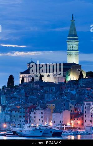 Kroatien, Istrien, Rovinj, Rovinj Hafenblick mit Kathedrale der Heiligen Euphemia - Stockfoto
