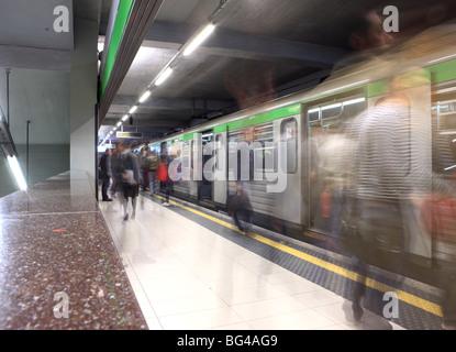 Menschen in der u-Bahn Station, Mailand, Lombardei, Italien, Europa