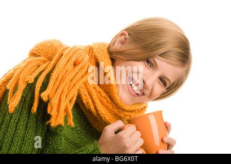 Porträt von Schönheit herbstlicher Mädchen hält Becher mit Heißgetränk - Stockfoto