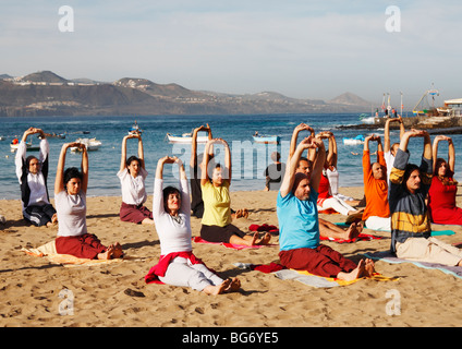 Gruppe-Yoga-Session am Strand in Spanien - Stockfoto