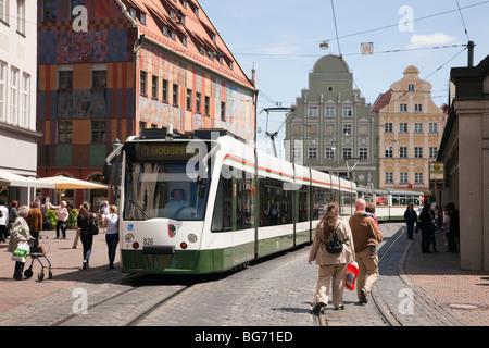 Moritzplatz, Augsburg, Bayern, Deutschland, Europa. Straßenbahn auf gepflasterten Straße im alten Zentrum der Stadt. - Stockfoto