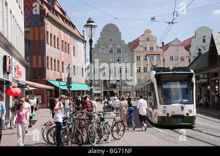 Moritzplatz, Augsburg, Bayern, Deutschland, Europa. Fahrräder und Straßenbahn an viel befahrenen Straße im alten - Stockfoto