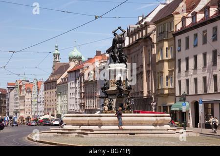 Maximilianstraße Augsburg Bayern Deutschland Europa. Herkules Brunnen-Brunnen auf dem Boulevard patrizische Villen - Stockfoto