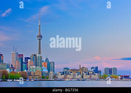 Skyline von Toronto City von Ontario Place, Toronto, Ontario, Kanada bei Sonnenuntergang gesehen. - Stockfoto
