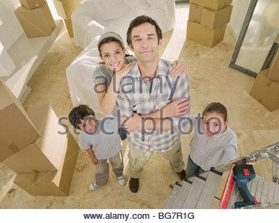 Familie umgeben von Kartons - Stockfoto