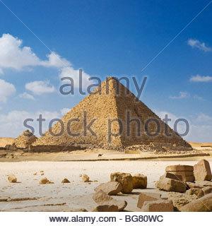 Ein Mann am Camelback ist durch die Mykerinos-Pyramide, Pyramiden von Gizeh, Kairo, Ägypten in den Schatten gestellt. - Stockfoto