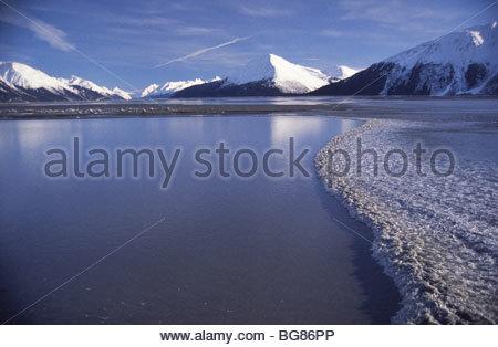 Alaska. Turnagain Arm trug Flut in Winter Rauschen vorbei Bereich Girdwood. Blick nach Süden in Richtung Portage, - Stockfoto