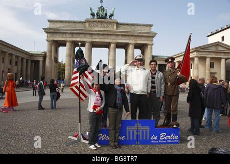 Touristen aus China mit fotografieren vor dem Brandenburger Tor, Berlin, Deutschland - Stockfoto
