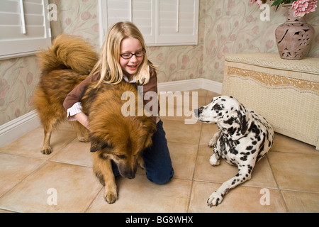 9-10 Jahre jährige Kaukasier liebevoll verspielte Kind spielen spielt Hund Zuneigung hohe Vorderansicht POV HERR - Stockfoto