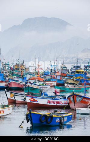 Angelboote/Fischerboote im Hafen, Pucusana, Peru - Stockfoto