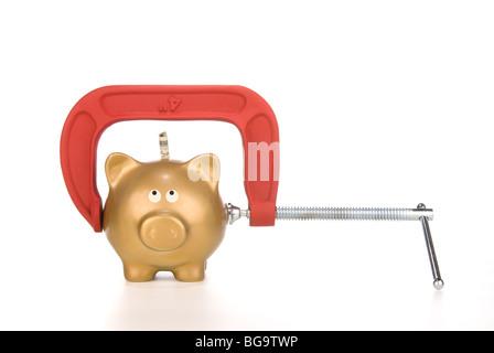Eine goldene Sparschwein ist für seine letzten Dollar gekürzt. Bild kann für viele finanzielle Ableitungen verwendet - Stockfoto