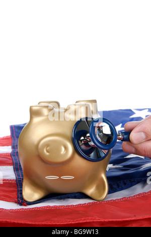 Ein Kopf, fast tot Sparschwein auf eine amerikanische Flagge auf Anzeichen einer wirtschaftlichen und finanziellen - Stockfoto