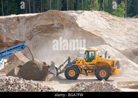 Volvo frontlader laden sand in einem sandkasten finnland