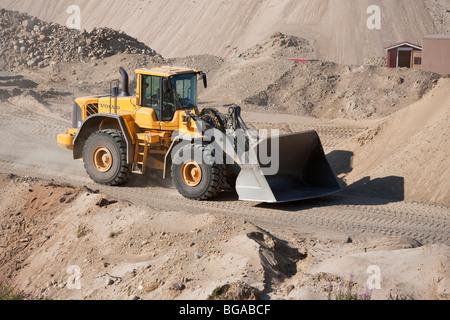 Volvo frontlader bewegt sich sand in einem sandkasten finnland