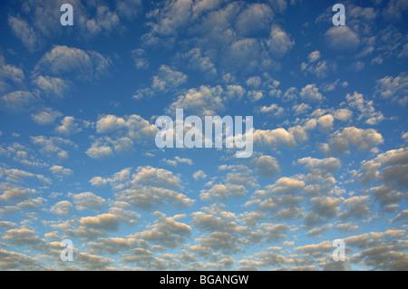 Vereinzelte Wolken Himmel, Playa del Ingles, San Bartolome de Tirajana Gemeinde, Gran Canaria, Kanarische Inseln, - Stockfoto