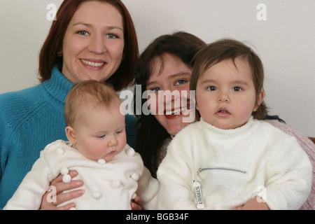 Porträt von zwei glücklichen Mütter und ihre Babies. - Stockfoto