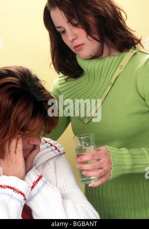 Beruhigende Mitte Alter Mutter erwachsen Tochter - Stockfoto