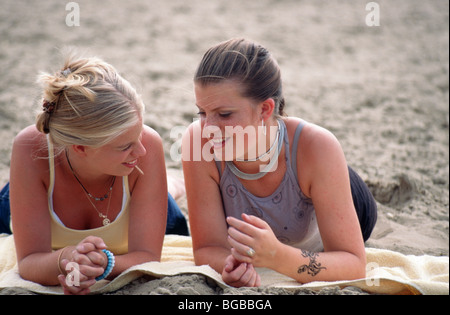 Junge Freunde am Strand - SerieCVS100018082 - Stockfoto