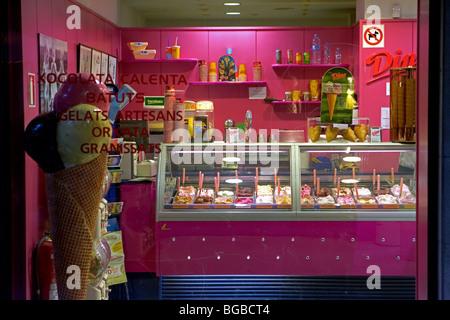 Im Inneren eine Eisdiele in Girona, Katalonien, Spanien - Stockfoto