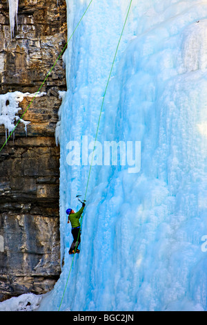 Eis-Kletterer auf den Upper Falls des Johnston Creek im Winter, Johnston Canyon, Banff Nationalpark, Kanadische - Stockfoto