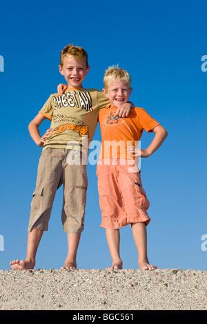 Zwei Söhne, Brüder, arm in Arm 6 und 7 Jahren, - Stockfoto